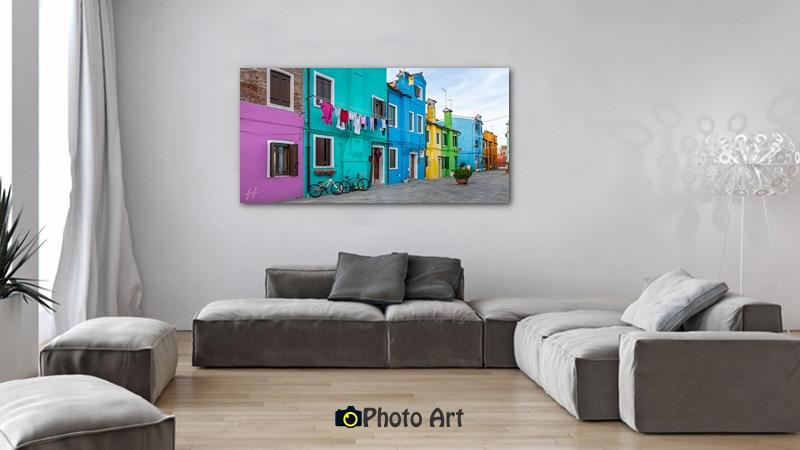 שכונה צבעונית בהדמיה כתמונה לסלון בגוונים מונוכרומטיים