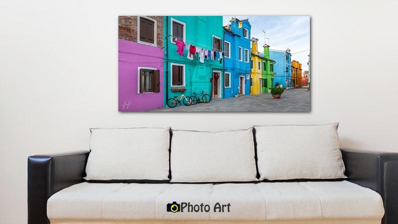 הדמיה של שכונה צבעונית בסלון בגוונים לבנים
