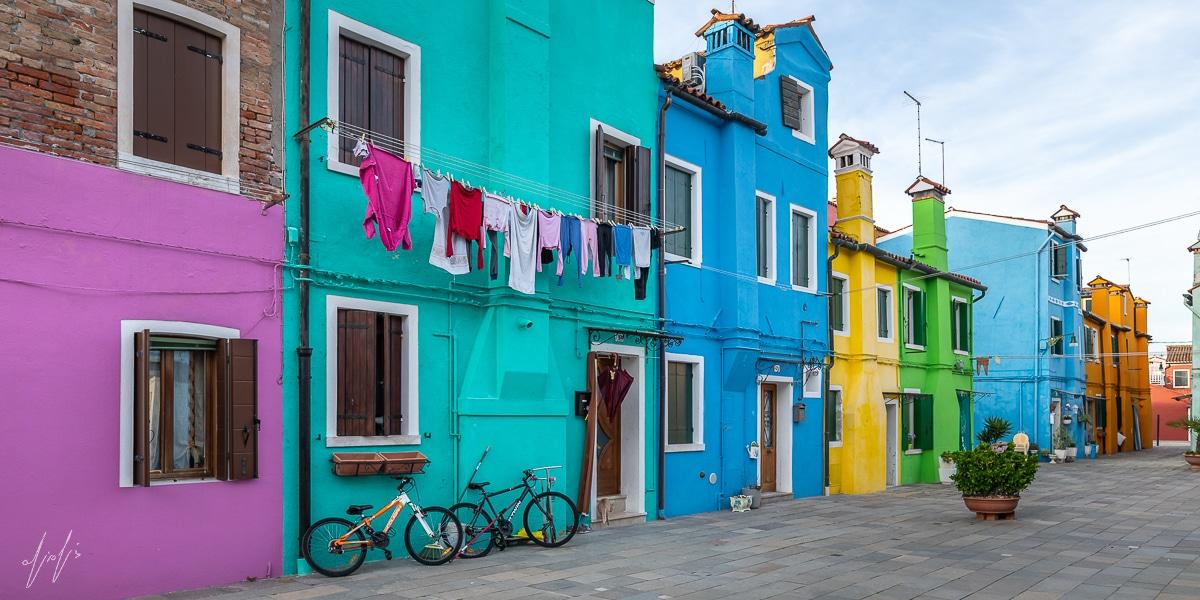 תמונה עירונית על קנבס של שכונה צבעונית באיטליה