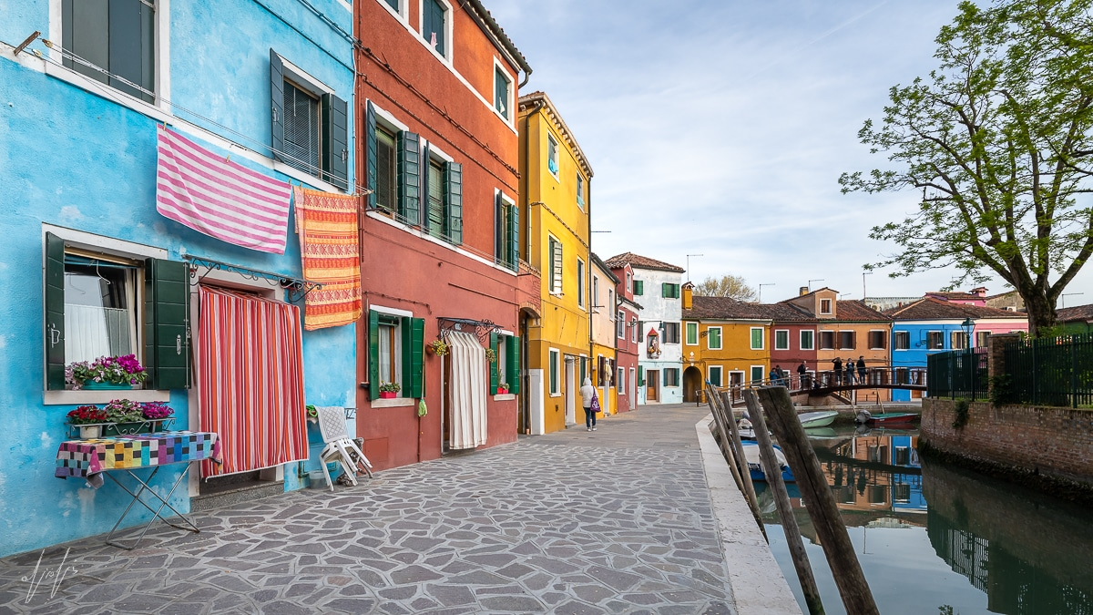 תמונה צבעונית ומדהימה של תעלה צבעונית בבוראנו