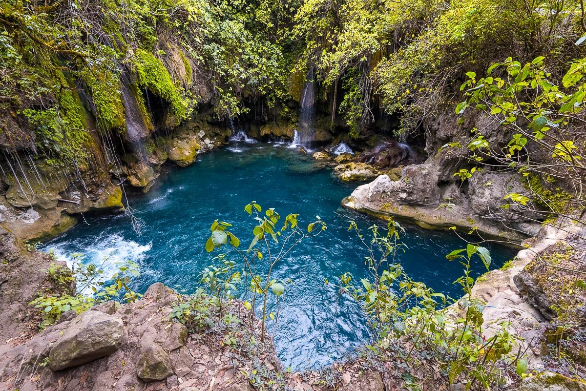 בריכה נסתרת עם מים כחולים כשמיים בג'ונגלים של מכסיקו - תמונת טבע לסלון