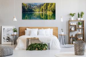 תמונה של חדר שינה עם תמונת פוטו ארט